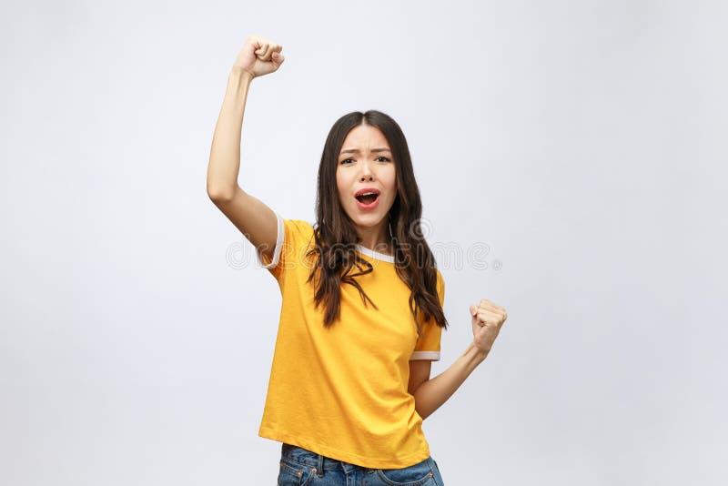 Piękna azjatykcia młoda kobieta z podnieceniem i uradowana sukces, odizolowywający nad popielatym tłem, kariera freelance biznes zdjęcia royalty free