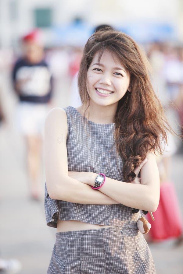 Piękna azjatykcia nastoletnia pełnoletnia pozycja z relaksującym i ono uśmiecha się c obrazy stock