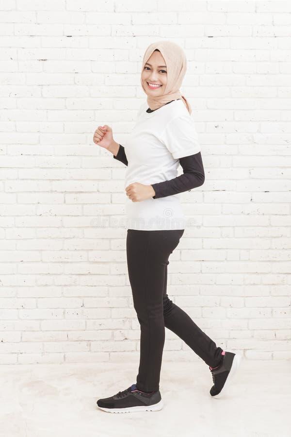 Piękna azjatykcia sporty kobieta jogging zdjęcia stock