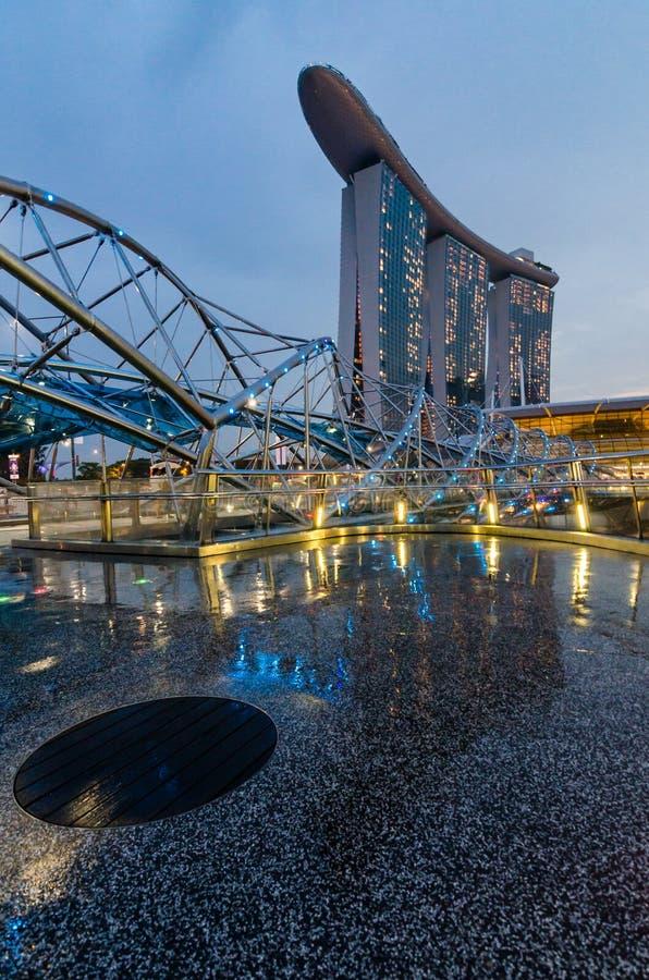 Piękna błękitna godzina z Marina zatoki piasków hotelem i Helix mostem obraz stock