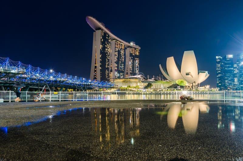 Piękna błękitna godzina z Singapur sztuki nauki muzeum, Marina piasków Podpalanym hotelem i Helix mostem, obrazy stock