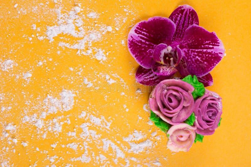 Piękna babeczka dekorował z kwiatem od kolorowego cukierki obrazy stock