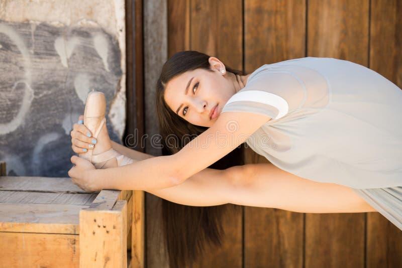 Piękna balerina ćwiczy outdoors fotografia royalty free