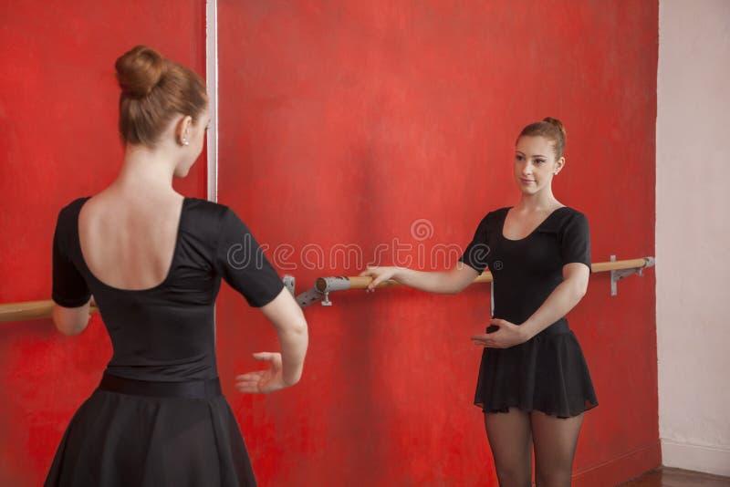 Piękna balerina Ćwiczy Przed lustrem obrazy royalty free