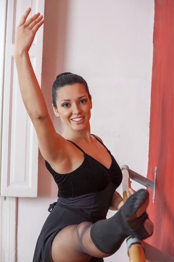 Piękna balerina Ćwiczy Przy Baletniczym Barre obraz royalty free