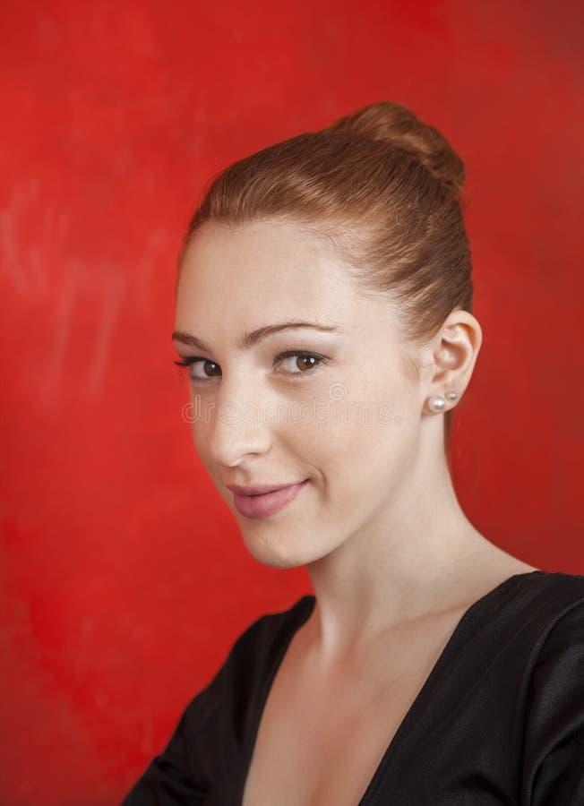 Piękna balerina ono Uśmiecha się Przeciw rewolucjonistki ścianie zdjęcia stock
