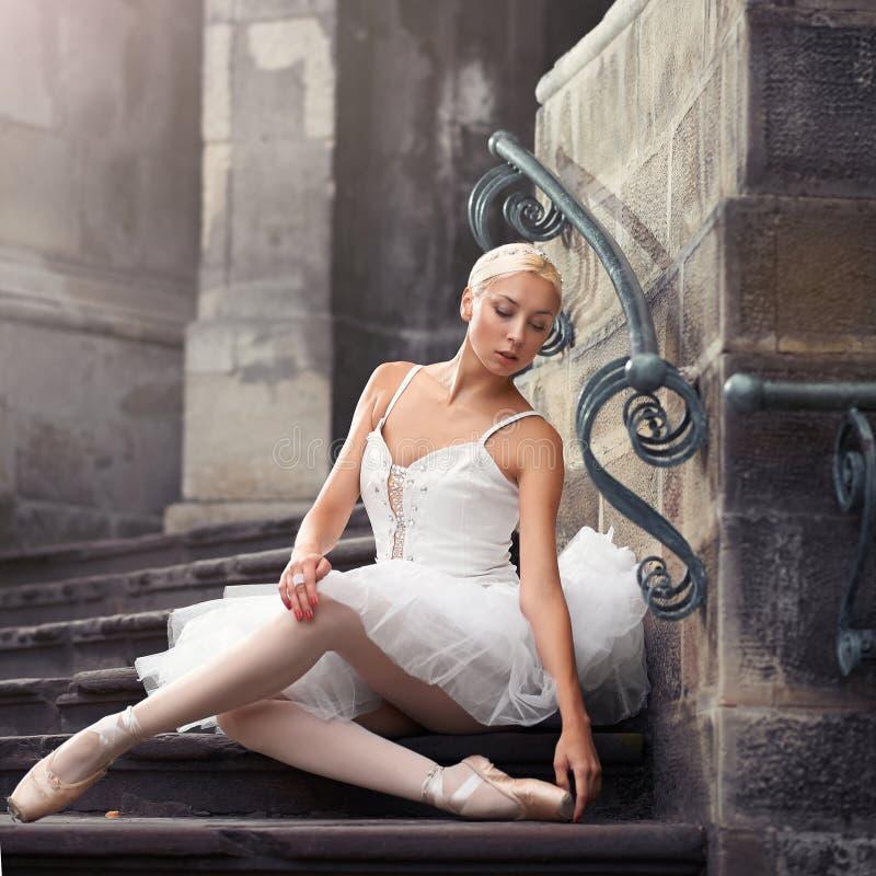 Piękna baletnicza kobieta na schodkach zdjęcia stock