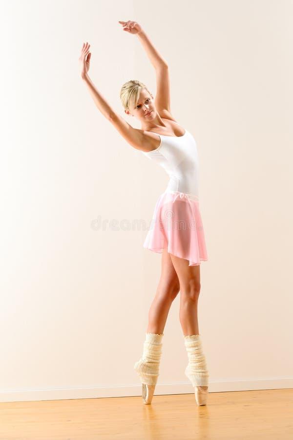 Piękna baletniczego tancerza tana ćwiczy postura fotografia stock