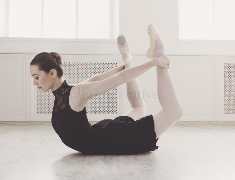 Piękna ballerine praktyki łęku poza, joga rozciągać obrazy stock