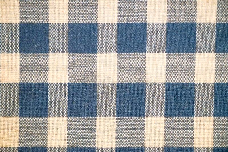 Piękna bawełniana tkanina w cieniach farbujący błękitny i biały checker wzoru tło zdjęcie royalty free