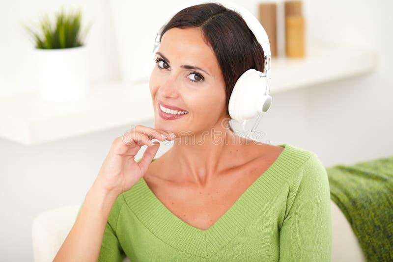 Download Piękna Beztroska Kobieta Słucha Muzyka Obraz Stock - Obraz złożonej z smiling, podbródek: 53792763