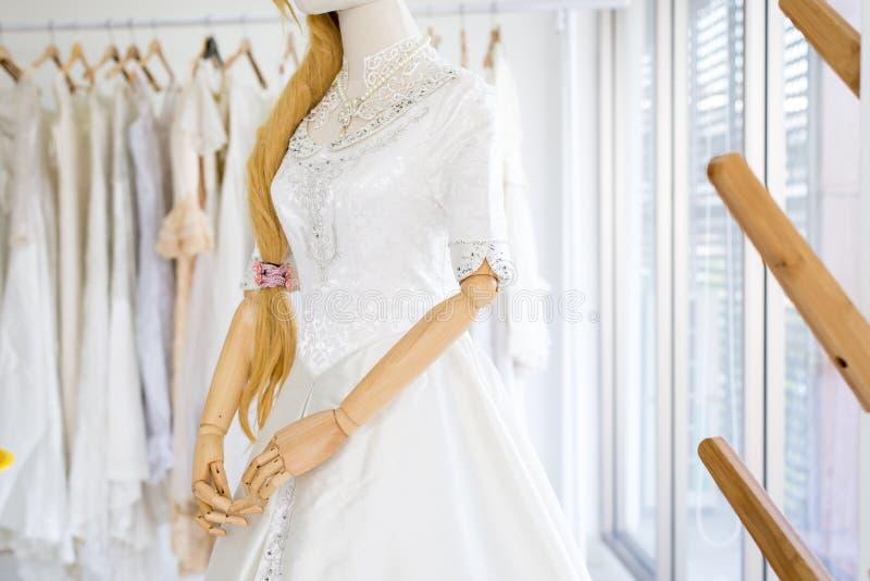 Piękna biała ślubna suknia na mannequin w sklepie zdjęcie stock