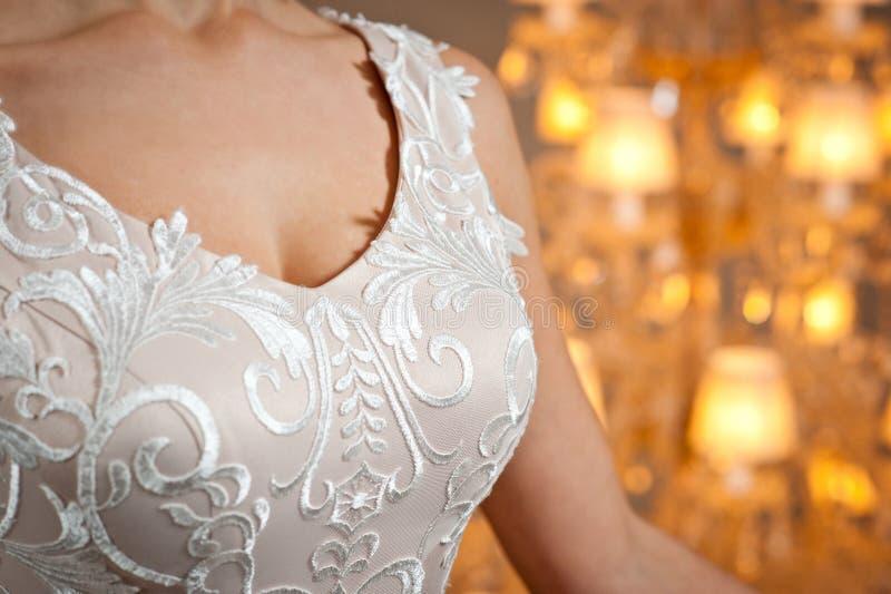 Piękna biała ślubna suknia z broderią w górę strzału obraz stock