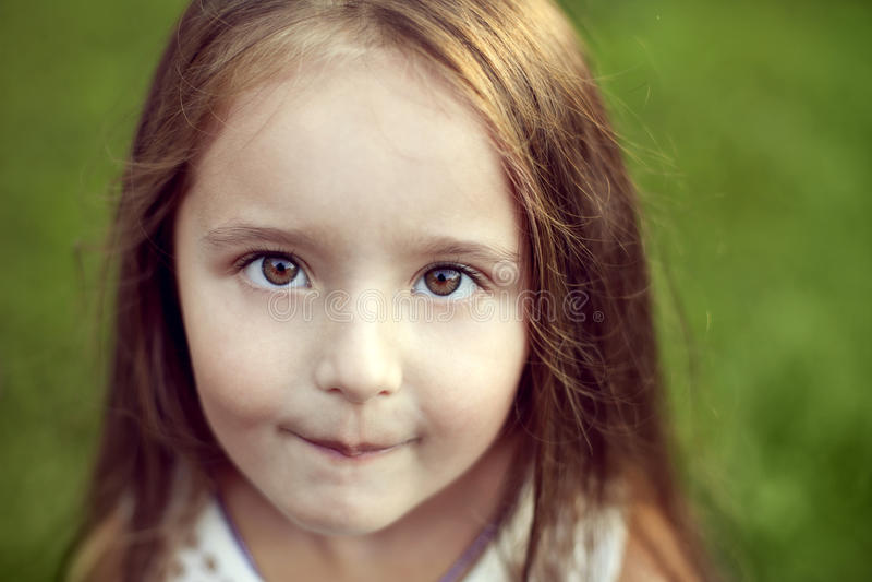 Piękna biała dziewczyna patrzeje s z długie włosy i orzechowymi dużymi oczami obraz stock