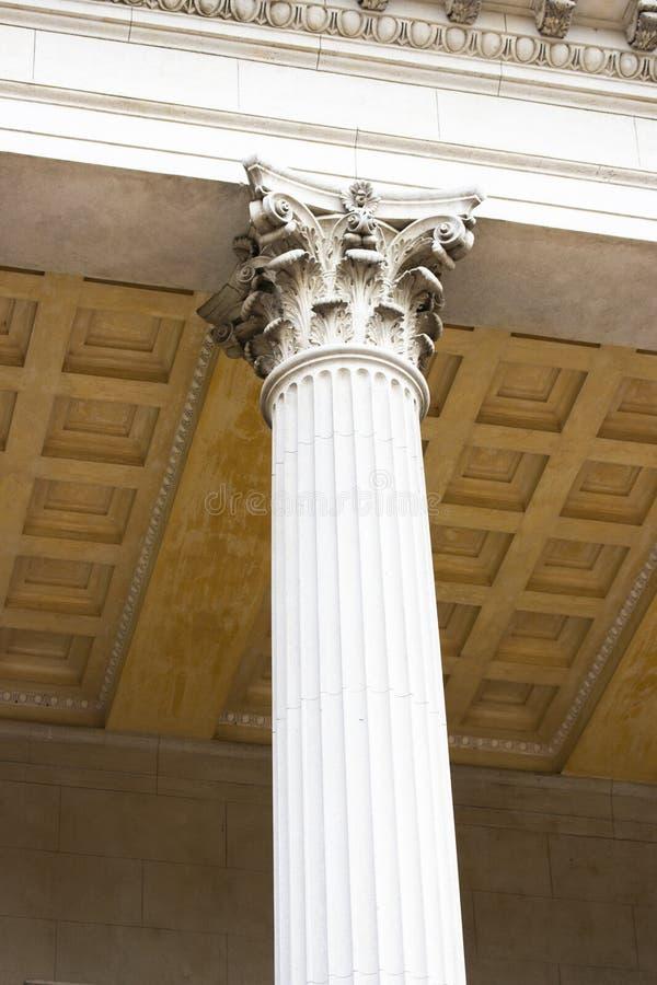 Piękna biała kolumna w Korynckim stylu dekoracja kolumna Architektura dawność grek antyczny zdjęcia royalty free
