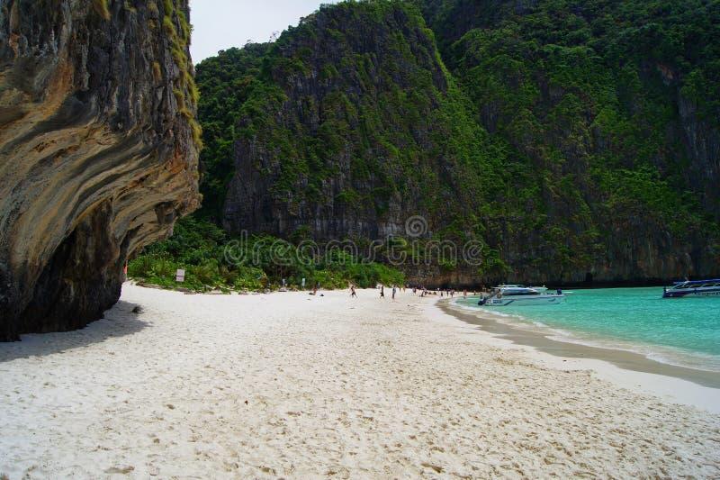 Piękna biała piaskowata plaża obok błękitnego oceanu otaczającego treed skałami Tajlandia fotografia stock