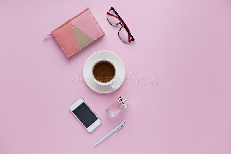 Piękna biurowy biurko z filiżanką cofee, notatnik, pióro zdjęcie stock