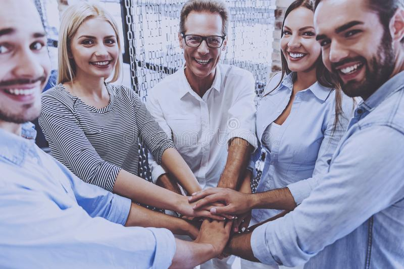 Piękna biznes drużyna w Przypadkowej odzieży mienia rękach obrazy royalty free