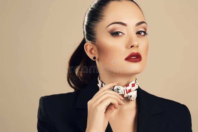 Piękna biznesowa kobieta w eleganckiej czarnej kurtce obrazy royalty free