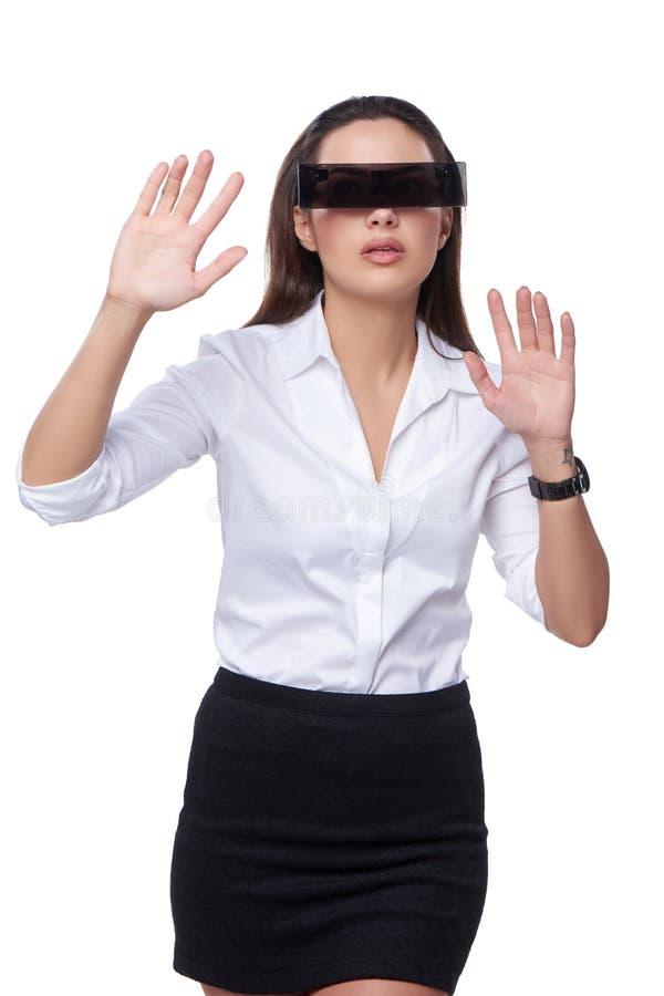 Piękna biznesowa kobieta z futurystycznymi szkłami fotografia stock