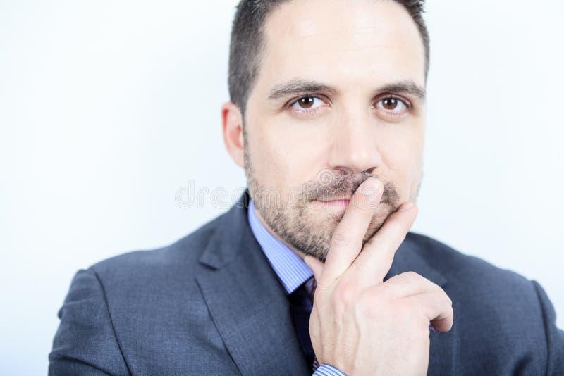 Piękna biznesowego mężczyzna pozycja przeciw popielatemu obrazy stock