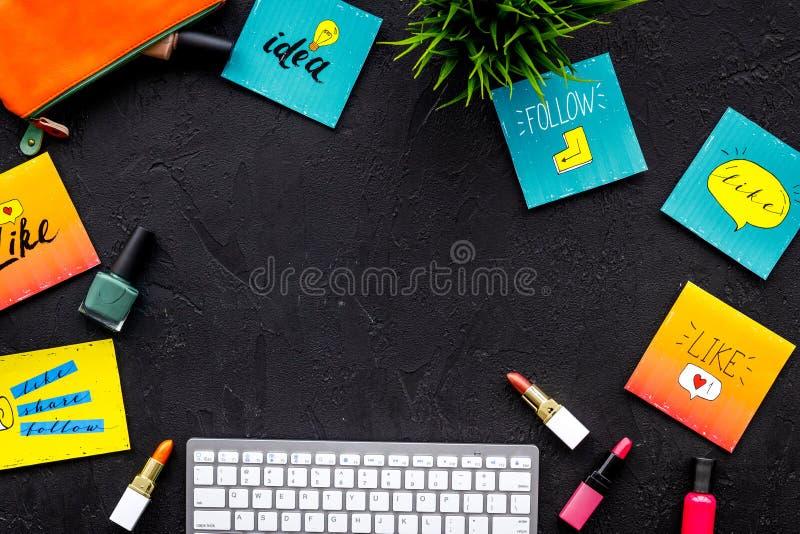 Piękna blogger miejsca pracy pojęcie Klawiatura, kosmetyki, ogólnospołeczne medialne ikony na czarnej desktop widok przestrzeni d fotografia stock