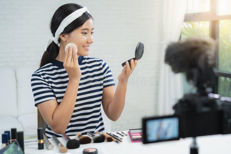 Piękna blogger teraźniejszości piękna kosmetyki podczas gdy siedzący w frontowej kamerze dla magnetofonowego wideo Piękny kobiety zdjęcia royalty free