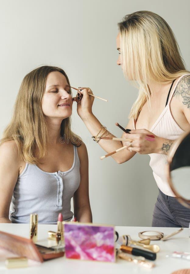 Piękna blogger z makeup tutorial obraz royalty free