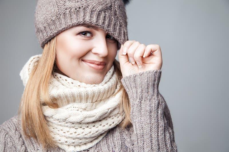 Piękna blond dziewczyna jest ubranym zima kapelusz i szalika obraz royalty free