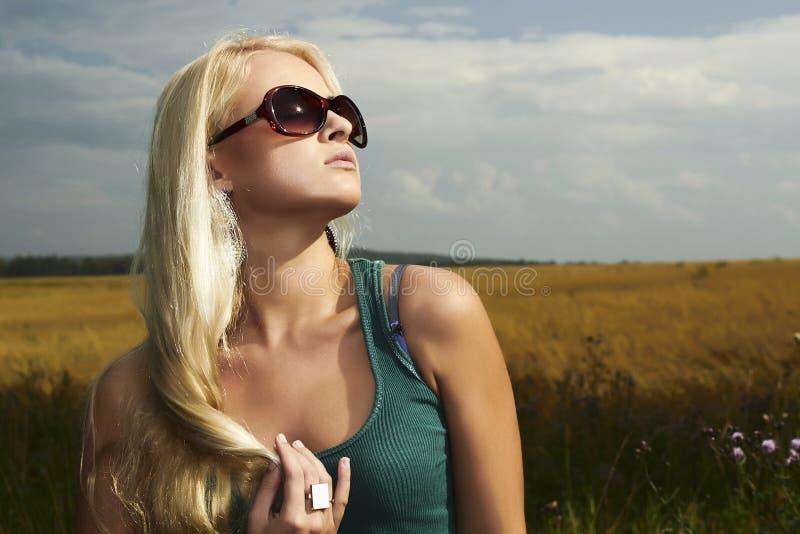 Piękna blond dziewczyna na field.beauty woman.sunglasses zdjęcia royalty free