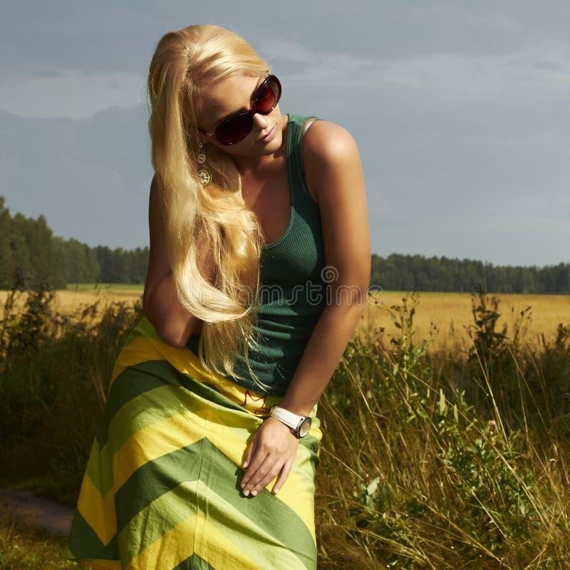 Piękna blond dziewczyna na field.beauty woman.sunglasses zdjęcie royalty free