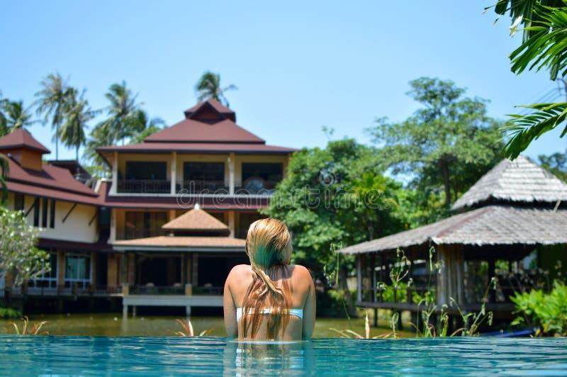 Piękna blond dziewczyna pływa w basenie obrazy stock