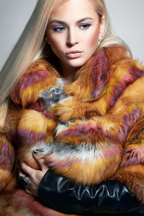 Piękna Blond dziewczyna w kolorowym futerku obraz royalty free