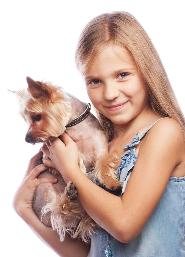 Piękna blond dziewczyna z ślicznym Yorkshire teriera psem obrazy stock