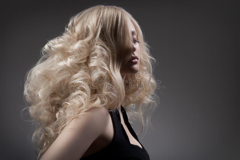 Piękna Blond kobieta. Kędzierzawy Długie Włosy zdjęcia stock
