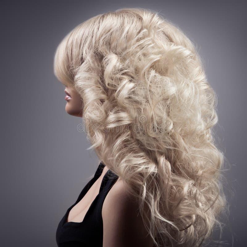 Piękna Blond kobieta. Kędzierzawy Długie Włosy obrazy royalty free