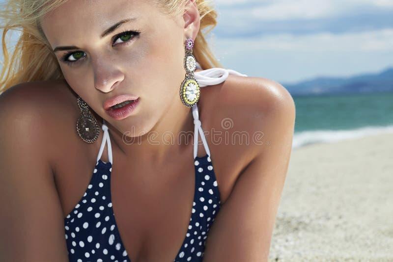 Piękna blond kobieta na plaży Piękno dziewczyna w bikini twój wakacje rodzinny szczęśliwy lato zdjęcia stock