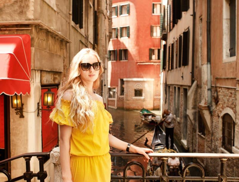 Kobieta na ulicie Wenecja zdjęcia royalty free