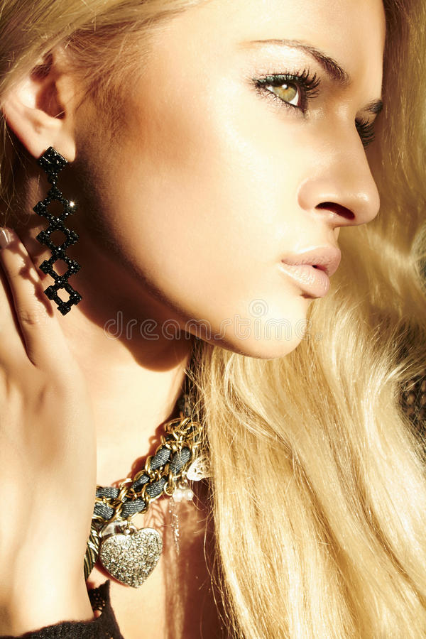 Piękna blond kobieta w świetle dziennym zdjęcia royalty free