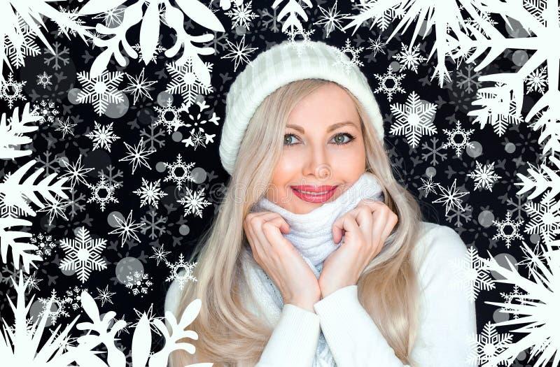 Piękna blond kobieta w kapeluszu i szaliku białym, trykotowym, Na czarnym tle z płatkami śniegu obrazy royalty free