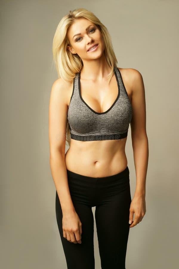 Piękna blond kobieta w seksownym sportswear zdjęcia stock