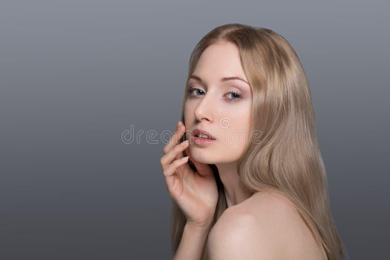 Piękna blond kobieta z bawełnianym skóry opieki pojęciem zdjęcia stock