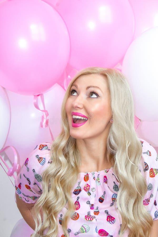 Piękna blond kobieta z menchiami i bielem szybko się zwiększać emocje radosne Świętowanie fotografia stock
