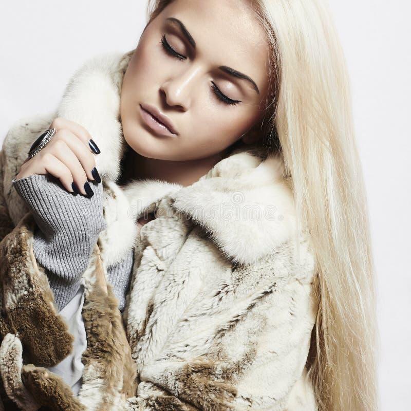Piękna blond kobiety dziewczyna w Wyderkowej futerka Coat.winter modzie fotografia royalty free