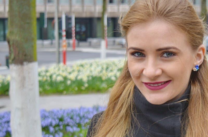 Piękna blond młoda kobieta outdoors, ono uśmiecha się fotografia royalty free