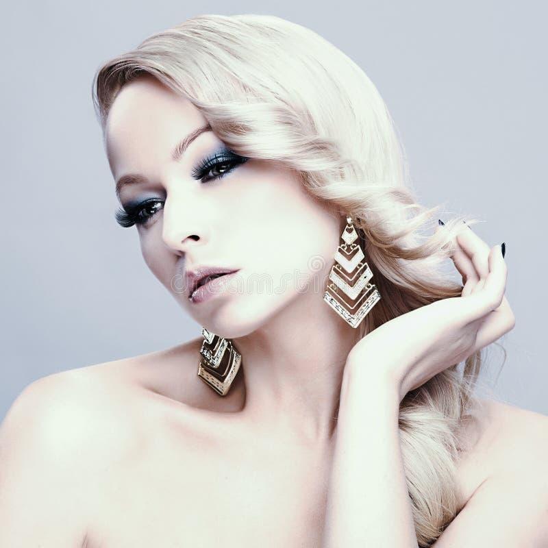 piękna blondynka kobieta bedsheet moda kłaść fotografii uwodzicielskich białej kobiety potomstwa obrazy royalty free
