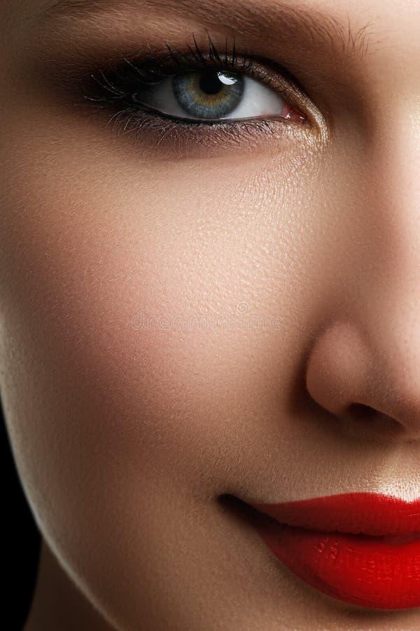 Piękna blondynka modela kobiety twarz z niebieskimi oczami i perfect mak obraz royalty free