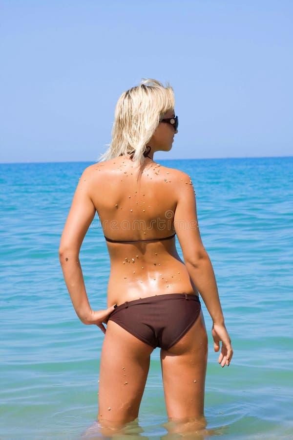 Piękna blondynka na morzu obrazy stock