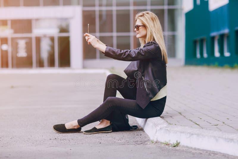 Piękna blondynka na ulicie zdjęcie stock