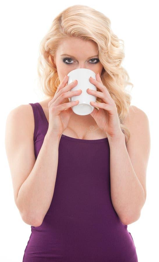 Piękna blondynka pije kawę fotografia stock
